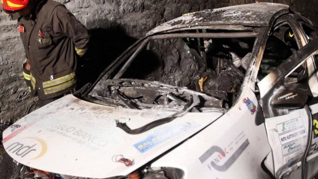 Das zerstörte und ausgebrannte Wrack des Autos, in dem am Sonntag bei einer Rallye zwei Tessiner starben.