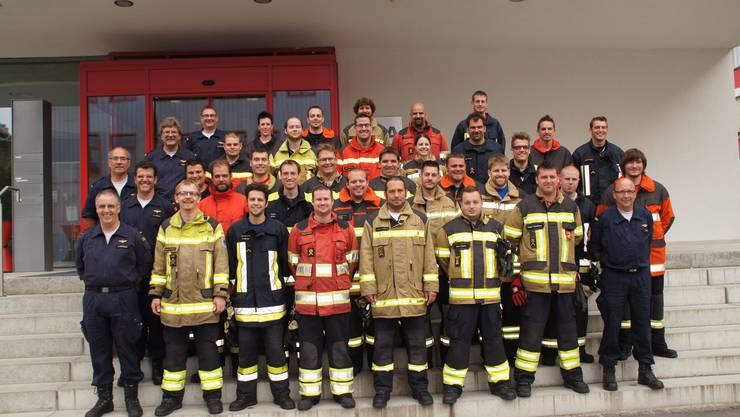 Die 31 neuen Feuerwehroffiziere des Kantons Solothurn und ihre Klassenlehrer (links und rechts aussen).