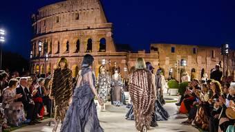 Eine magische Nacht für den verstorbenen Modeschöpfer Karl Lagerfeld vor spektakulärer Kulisse in Rom.