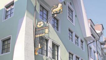 Über dem «Leue» hängt wieder ein prächtiges Wirtshausschild, ein goldener Löwe mit Becher.