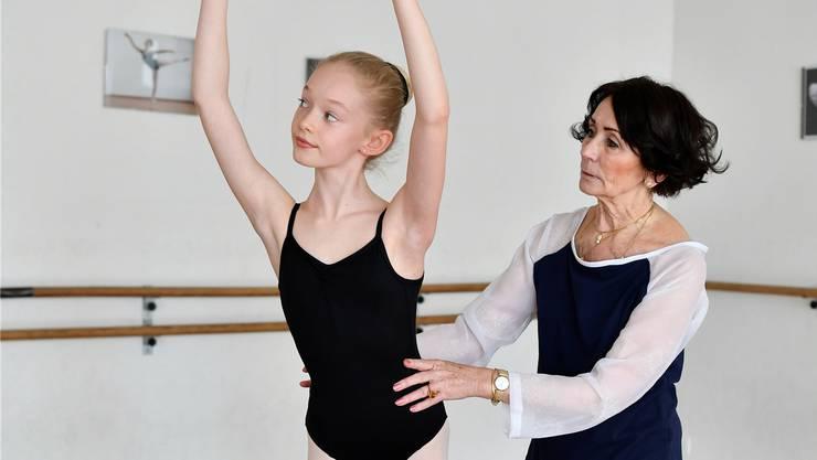 Barbara Bernard mit ihrer talentierten Elevin Cléa Guerry in ihrem Ballettstudio.