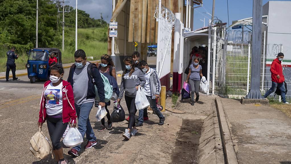 Abgeschobene Migranten kommen in El Ceibo an.