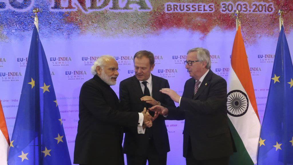 Indiens Premier Modi (l.) mit den EU-Vertretern Tusk (Mitte) und Juncker (r.).
