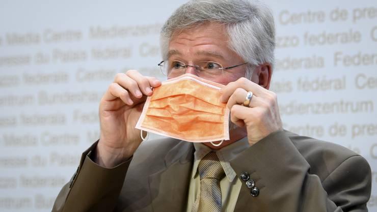 Der oberste Kantonsarzt Rudolf Hauri begrüsst die Ausweitung der Maskenpflicht.