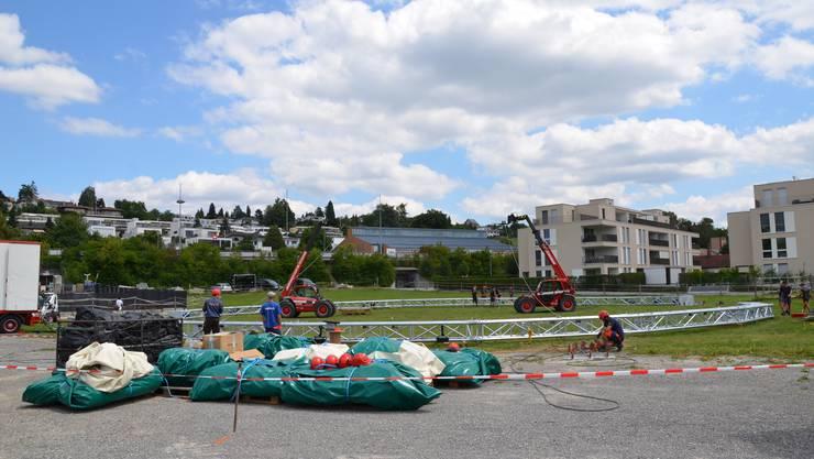 1. Die Zeltbahnen sind noch verpackt, die Bogenmasten liegen ...