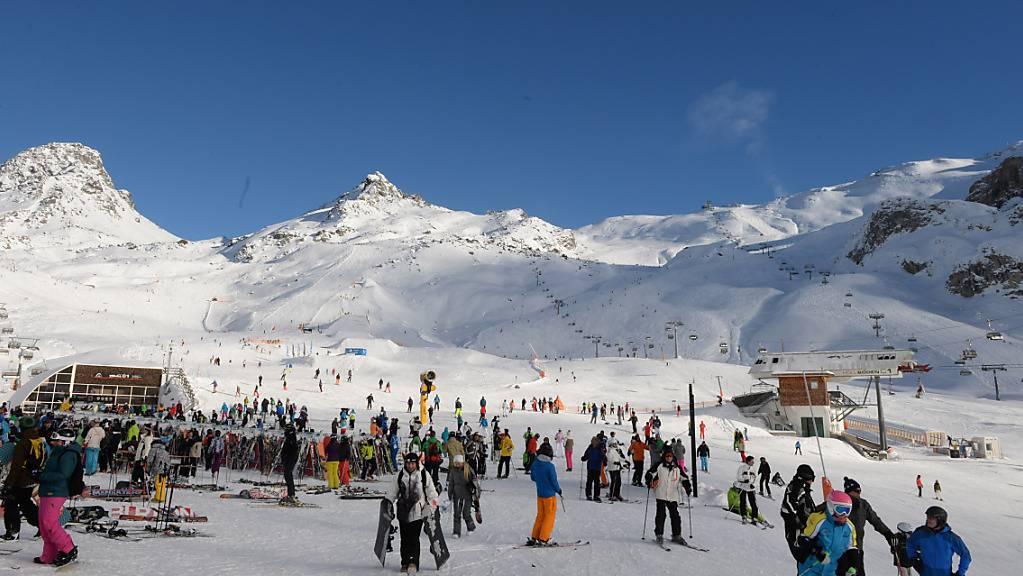ARCHIV - Seit dem vergangenenen Jahr steht der beliebte Skiort im Westen Österreichs vor allem im Zuge der Ausbreitung des Coronavirus im Fokus. Foto: Felix Hörhager/dpa