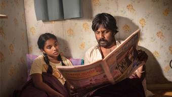 Dheepan und seine «falsche» Tochter bauen nach ihrer Flucht aus Sri Lanka eine Beziehung auf, die Halt in einem erdrückenden Umfeld vermittelt. Filmcoopi