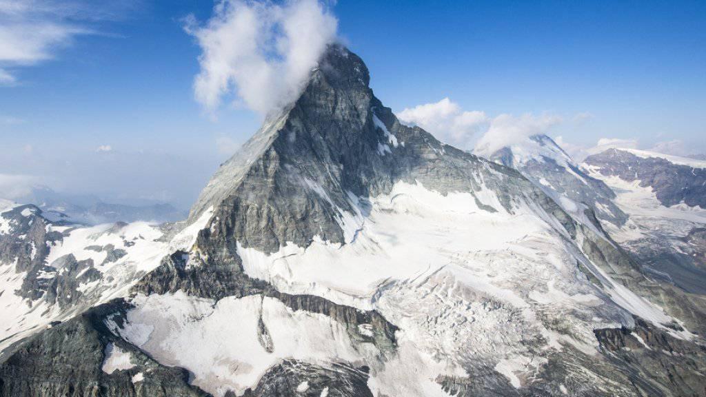Eine Alpinistin ist am Sonntag auf dem Gipfel des Matterhorns von einem Blitz tödlich getroffen worden. Ihr Begleiter wurde schwer verletzt. (Archivbild)