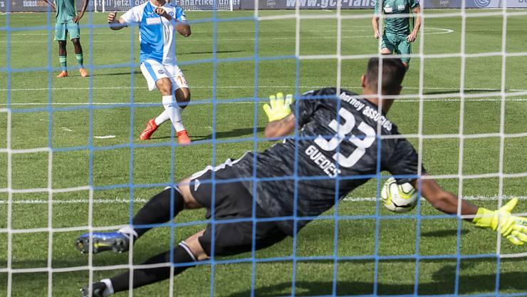 Wegbereiter: Nassim Ben Khalifa bezwingt Goalie Christophe Guedes vom Penaltypunkt zur Führung der Grasshoppers