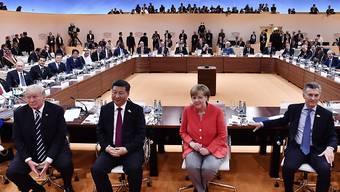 Blick in den Saal, wo der zweitägige G20-Gipfel stattfindet, mit Gastgeberin Angela Merkel