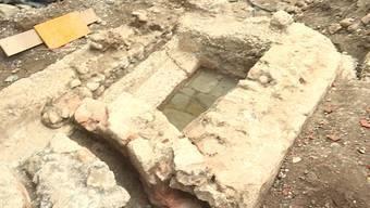 """Bei Bauarbeiten in der Nähe des ehemaligen Hotels """"Verenahof"""" fanden Archäologen im Mai ein bisher unbekanntes römisches Badebecken. Das Stück ist vermutlich gegen 2'000 Jahre alt. Interessierte konnten den spektakulären Fund heute besichtigen."""