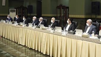 Mitglieder der iranischen Regierung mit Mundschutz: Das Land ist einer der Corona-Hotspots weltweit.