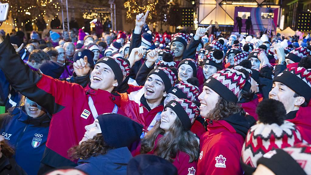 Noch ein letztes Selfie: Junge Sportler aus aller Welt feiern sich bei der Schlussfeier der Olympischen Jugend-Winterspiele in Lausanne.