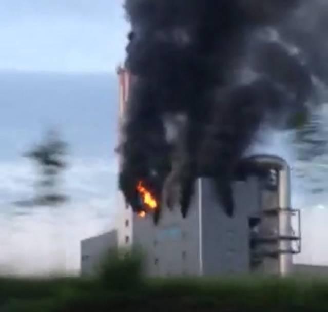 Ein Augenzeuge filmte den Brand von der Autobahn aus.
