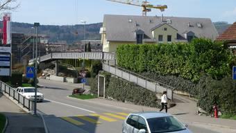 Die Passerelle beim Kreisel Landstrasse/Schulstrasse in Würenlos.