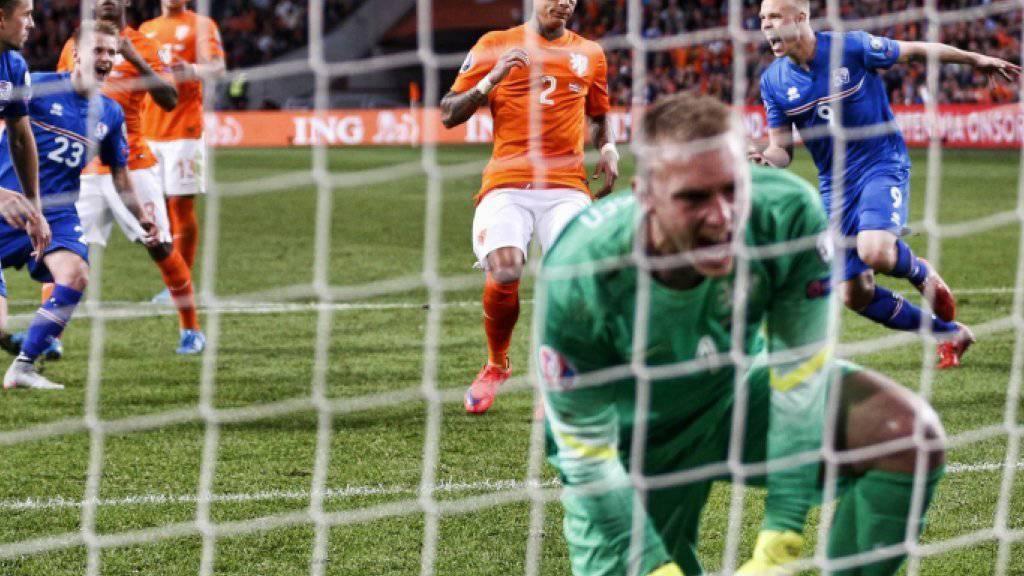 Islands Gylfi Thor Sigurdsson feiert nach seinem verwandelten Penalty gegen Holland