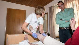 Fabian Gloor, Gemeindepräsident Oensingen, neu im Vorstand der Spitex Gäu, begleitet die Spitex auf einer Pflegetour.