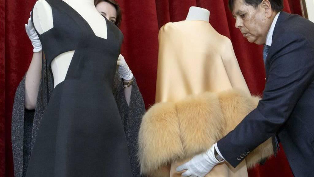 """Zwei der Kleider, die Hubert de Givenchy entworfen und Audrey Hepburn getragen hat in der Dreifachausstellung """"Une élégante amitié"""" in Morges."""