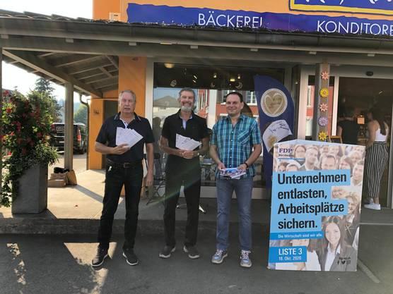 FDP-Grossratskandidaten Michael Ebeling und Günter Trost mit Wahlkampfleiter Nicolas Abbondanza (v.l.n.r.) bei der Standaktion bei der Bäckerei Kreyenbühl in Muri.