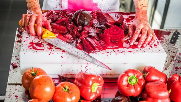 Blut fliesst bei der veganen Ernährung ganz sicher keines, hier im Bild aber viel Randensaft.