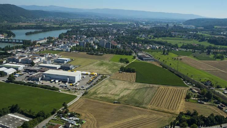 Der Spital-Neubau würde auf die offenen Felder im Vordergrund gebaut werden. Direkt dahinter hält die S-Bahn.