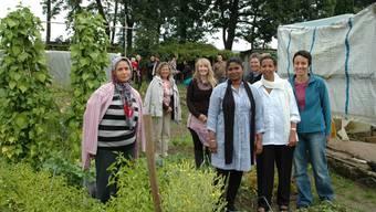 Heks-Gartenfachfrau Brigitte Denk (rechts) mit Flüchtlingsfrauen im Schrebergarten in Buchs. (Sabine Kuster)