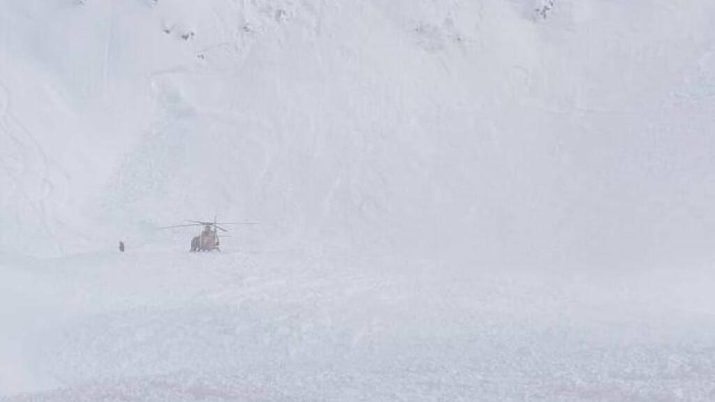 Am Nordhang im Gebiet Gemsstock ob Andermatt verschüttete eine Lawine am Donnerstag zwei Skifahrer.