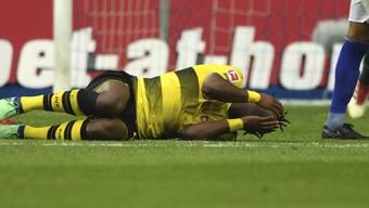 Dortmunds Michy Batshuayi liegt mit schmerzverzerrtem Gesicht am Boden