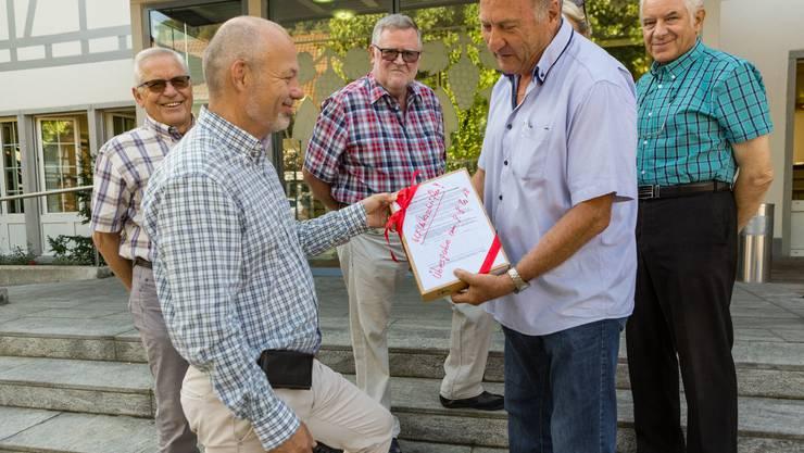 Gemeindepräsident Mario Okle (parteilos) nahm am Freitag, 10. August 2018, die Petition von Anwohner Oskar Steinacher (vorne rechts) vor dem Gemeindehaus entgegen.