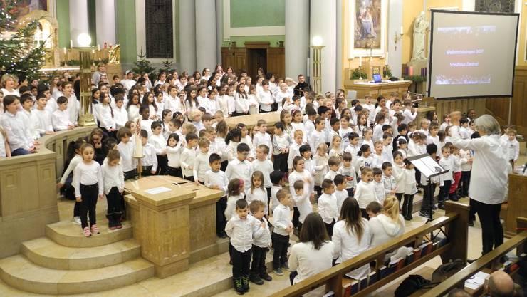 Gut 300 Kinder vom Kindergarten bis zur sechsten Klasse sangen gemeinsam in der Kirche St. Agatha Weihnachtslieder.