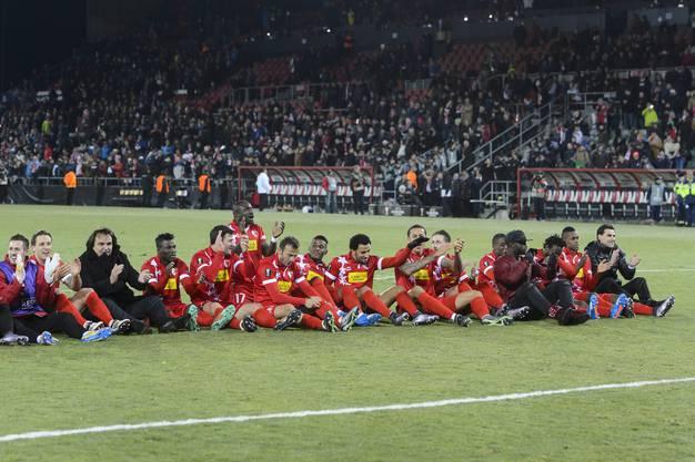 Die Sittener Spieler liessen sich nach dem Spiel von ihren Fans feiern.