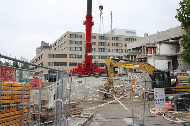 Ende Mai hievte der Kran noch einen 19 Tonnen schweren, in seine Einzelteile zerlegten Bagger auf das alte Akut-Spital.