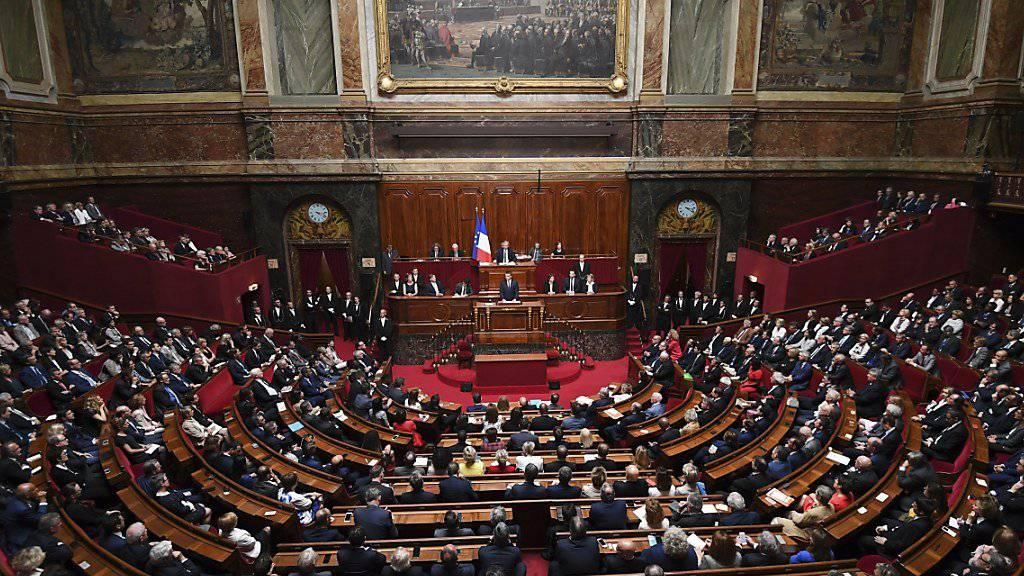 Präsident Macron hält eine Rede vor dem Parlament - und erläutert dabei, dass er dieses verkleinern möchte.