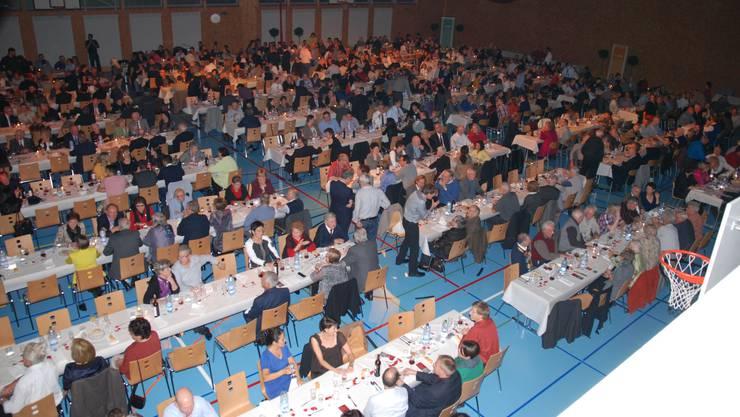 In der Sporthalle Kaisten feiern über 600 Gäste das 40-Jahre-Jubiläum des BASF-Standortes. SH