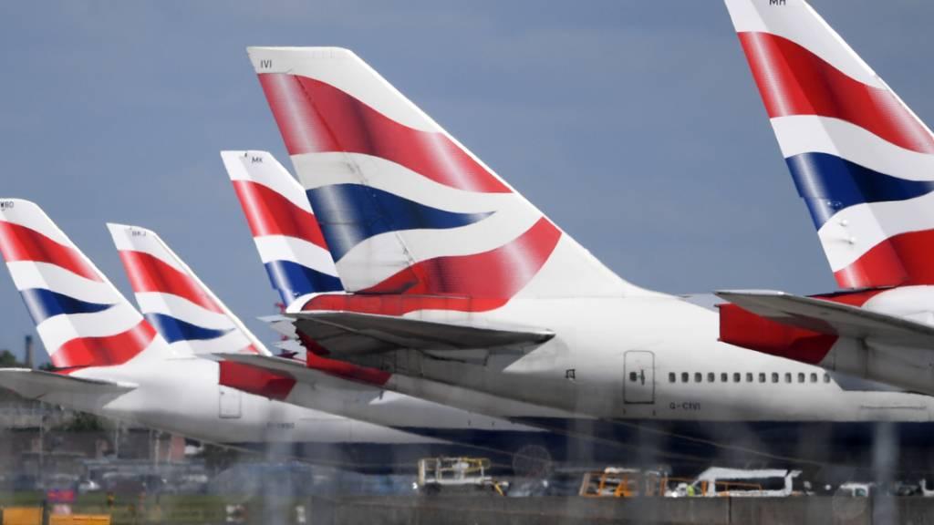 Der Flugkonzern IAG hat wegen der Coronakrise auch im Sommer einen Milliardenverlust erlitten. Nun streicht der Mutterkonzern der Fluggesellschaften British Airways, Iberia, Vueling, Aer Lingus und Level den Flugplan weiter zusammen. (Archivbild)