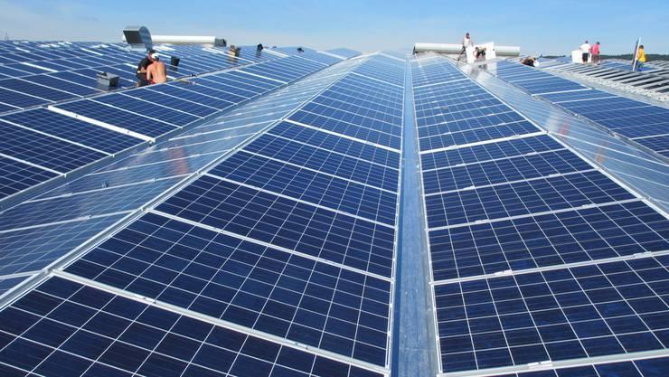 Die Solarstromanlage auf dem Dach der Ferrowohlen in Wohlen: Die Industriellen Werke vermieten neu eine Batterie, die Sonnenstrom speichert. (Archiv)