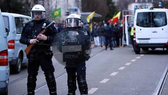 Einsatz mit Gummischrot und Reizstoff: Die Polizei kesselte die kurdischen Demonstranten vor dem türkischen Konsulat in Zürich ein.