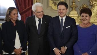 Luciana Lamorgese (links) zusammen mit Staatspräsident Sergio Mattarella, Premierminister Giuseppe Conte und der neuen Landwirtschaftsministerin Teresa Bellanova. Bild:  Andrew Medichini/Keystone