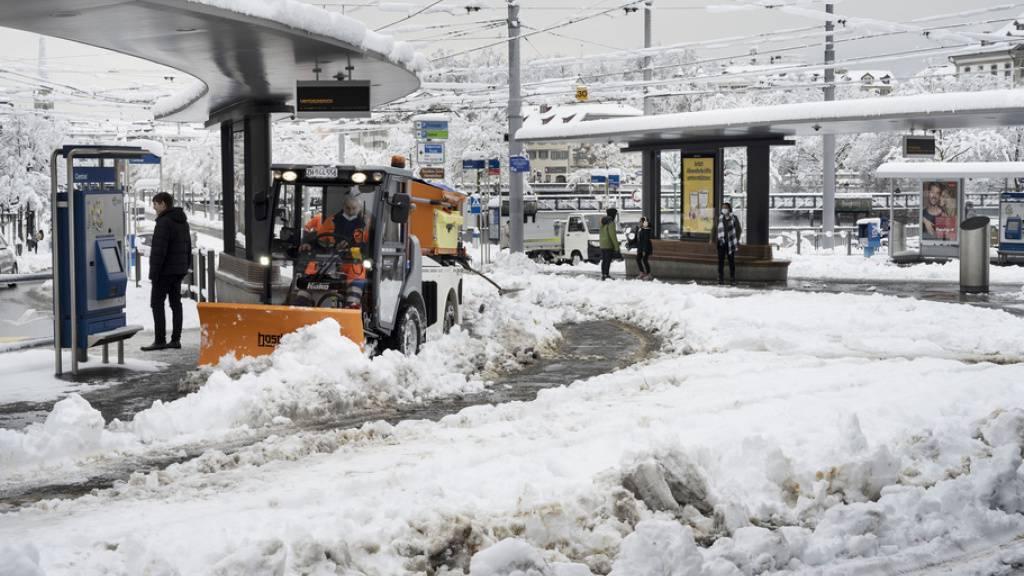 Ein Schneeräumungsfahrzeug im Einsatz beim verschneiten Central am Freitag in Zürich. Die VBZ haben den Betrieb eingestellt.
