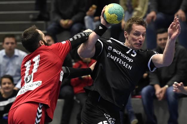 Nemanja Sudzum (links, Endingen) gegen Badens Spielertrainer Björn Navarin (rechts).