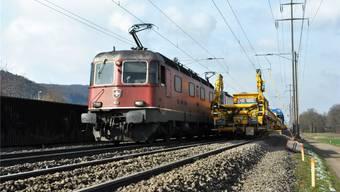 Der gelbe Bauzug der SBB erneuert zwischen Stein und Frick die Gleise. Die Strecke ist deshalb nur einspurig befahrbar