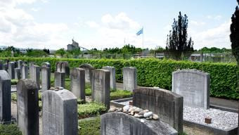 Der jüdische Friedhof in Basel liegt an der Theodor Herzl-Strasse und grenzt an die Familiengärten, die sich schon in Frankreich befinden.