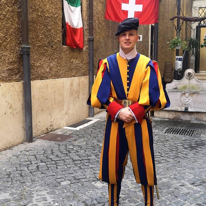 Schweizer Gardist freut sich auf das Spiel Italien - Schweiz