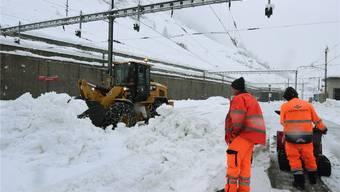 Kein Durchkommen: Der Bahnhof in Zermatt versank im Schnee. Die Züge blieben in der Halle stehen.