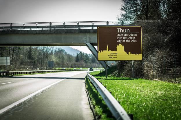 Aus der Stadt der Alpen wurde längst die Stadt der Alten. Autobahn-Hinweistafel auf der A6.