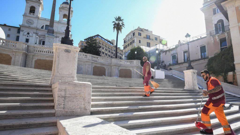 Gemeindearbeiter reinigen die im 18. Jahrhundert errichtete Spanische Treppe in Rom, die zur Kirche Trinita dei Monti führt. (Archivbild)
