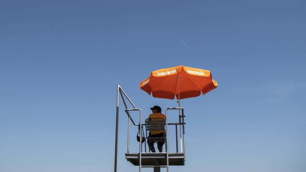 Abkühlung in der Sommerhitze: Bademeister im Zürcher Strandbad Mythenquai. (Archivbild)