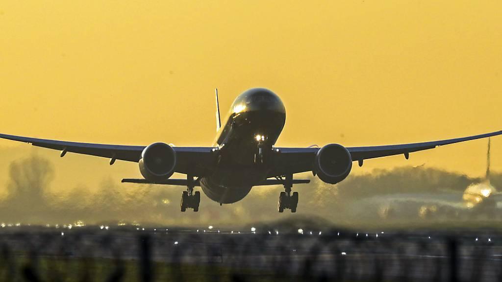 ARCHIV - Ein Flugzeug startet vom Flughafen London Heathrow. Foto: Steve Parsons/PA Wire/dpa