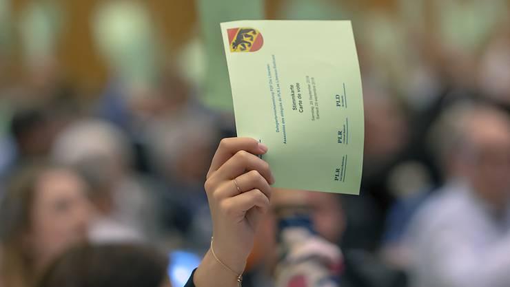 Klare Absage an die SVP-Selbstbestimmungsinitiative: Eine hochgereckte Stimmkarte an der Delegiertenversammlung der FDP in Pratteln BL.