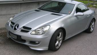 Mit einem solchen Mercedes SLK-Auto wollte der betrunkene Mann flüchten (Archivbild)